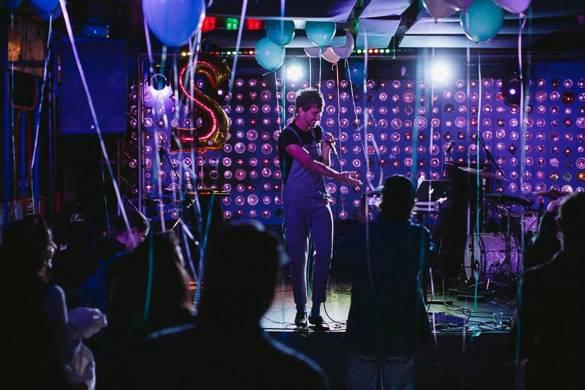 Photo de chanteur sur scène au Baby's All Right, qui propose un restaurant et une salle de concert
