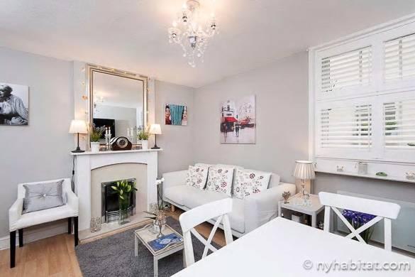 Photo du salon de l'appartement LN-784 à Knightsbridge avec son lustre et sa cheminée décorative
