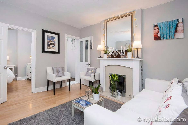 Photo du salon de l'appartement LN-784 avec son mobilier blanc et sa cheminée