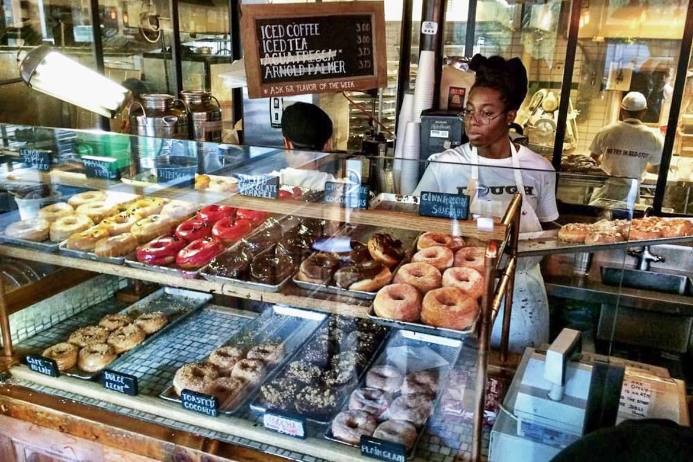 Donuts en vitrine à la boulangerie Dough