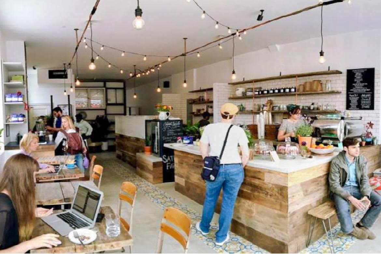 Photo de clients avec leurs ordinateurs portables chez Stonefruit Espresso + Kitchen