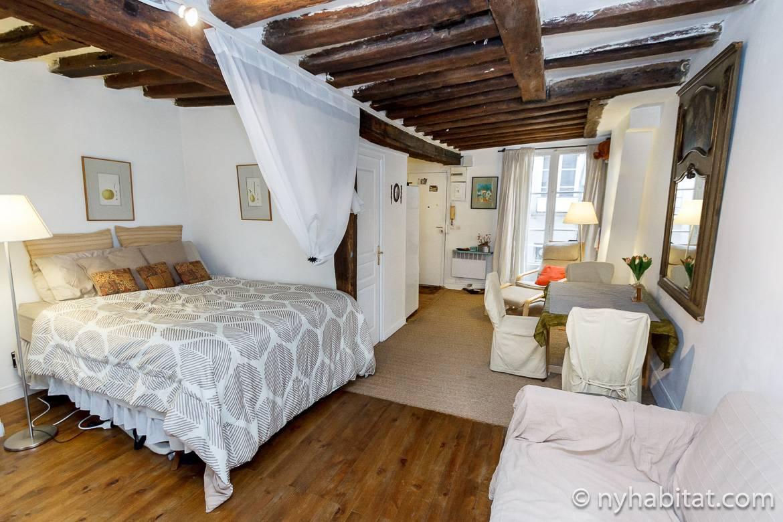 Photo de la chambre de l'appartement PA-4117 avec des poutres apparentes au plafond et un lit