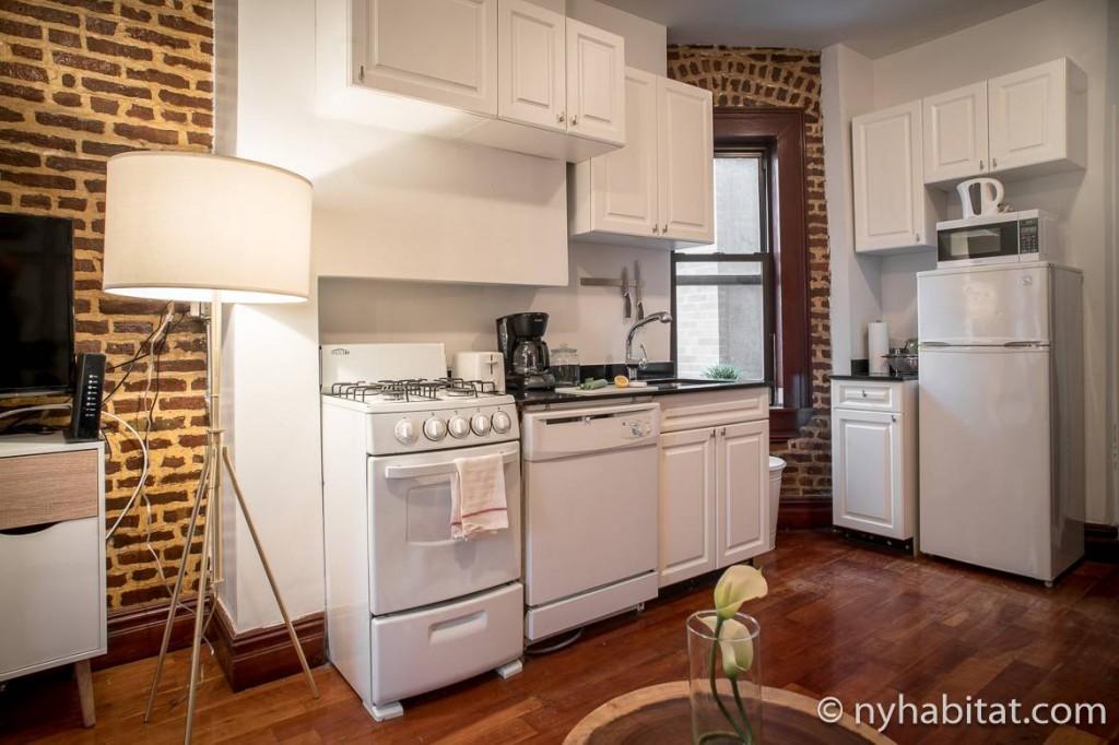 Photo de la cuisine de l'appartement NY-17254 dotée de murs en brique apparente