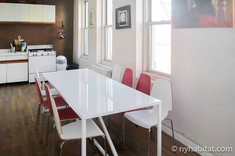 Photo de la cuisine de l'appartement NY-14846 dotée de placards blancs et d'une gazinière avec four