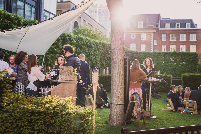 Photo de personnes buvant du vin en plein air dans un environnement verdoyant