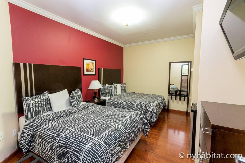 Photo d'une chambre avec deux lits double dans un immeuble de type dortoir dans l'Upper West Side