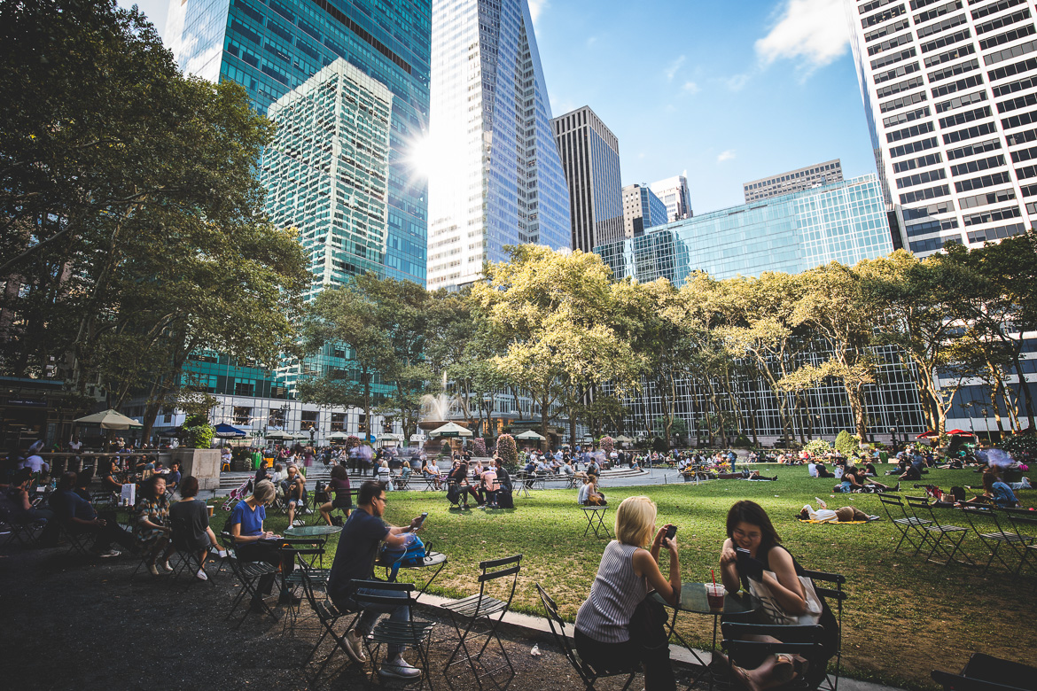 Photo de personnes assises en plein air dans Bryant Park