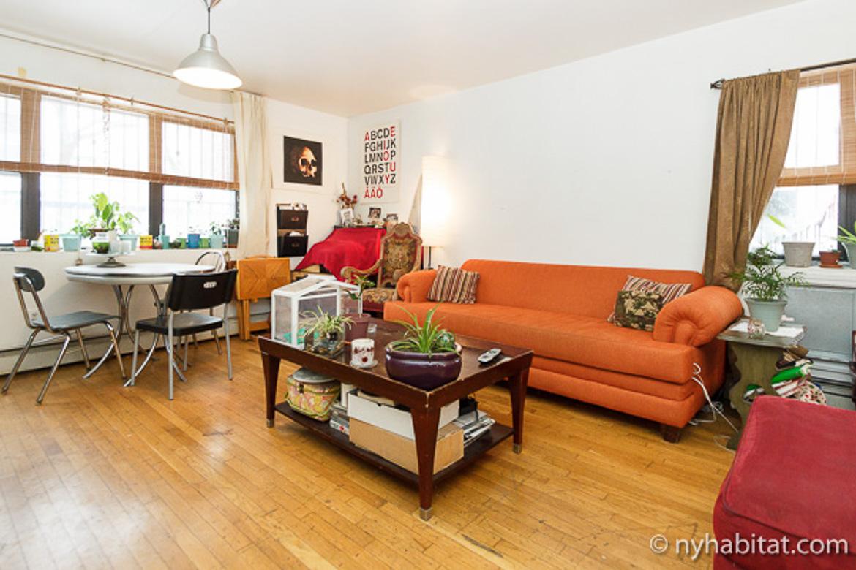 Photo du canapé orange de l'appartement NY-17120, une colocation à l'atmosphère bohème
