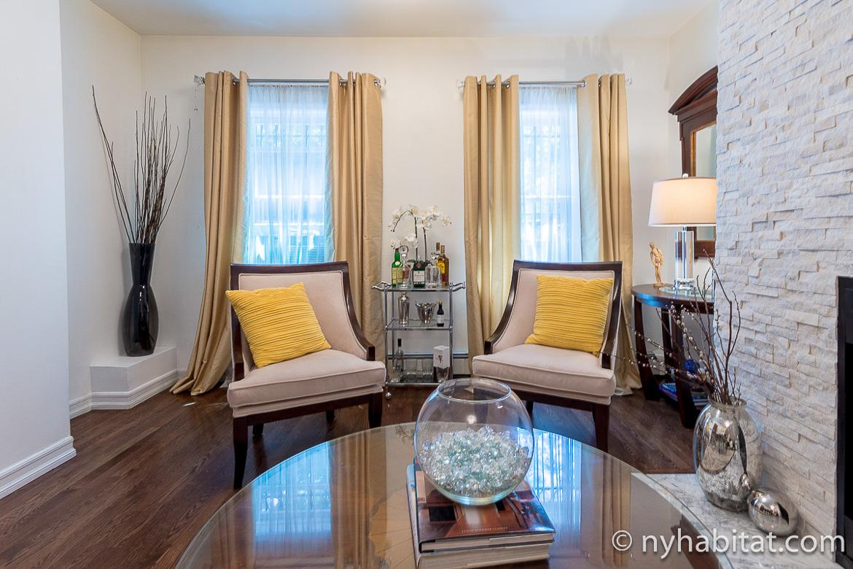 Photo du petit salon de l'appartement NY-17228 avec deux fauteuils jaunes à Clinton Hill, dans Brooklyn