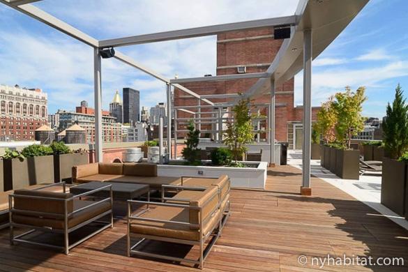 Photographie des canapés modulaires et des cadres de cabanons en métal du toit-terrasse de l'appartement NY-17115