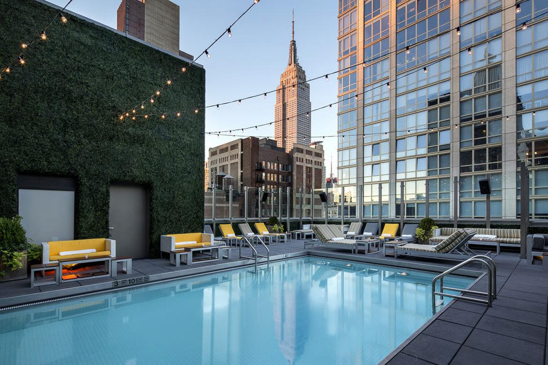 Photographie de la piscine sur le toit du Royalton Hotel avec l'Empire State Building en arrière-plan