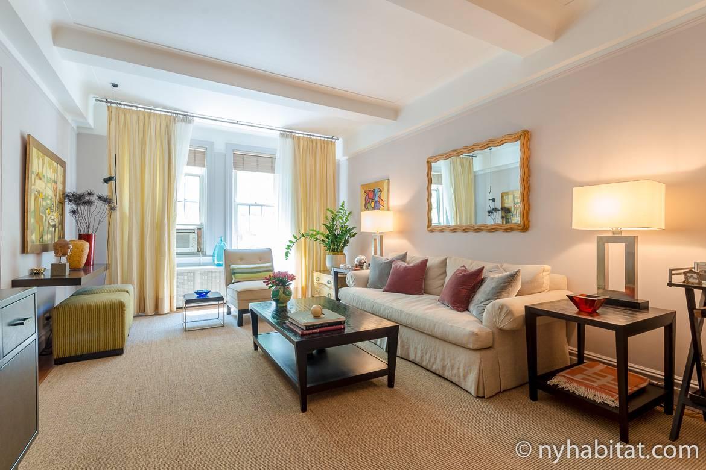 Photographie du salon avec son canapé blanc et sa table basse dans l'appartement NY-15765