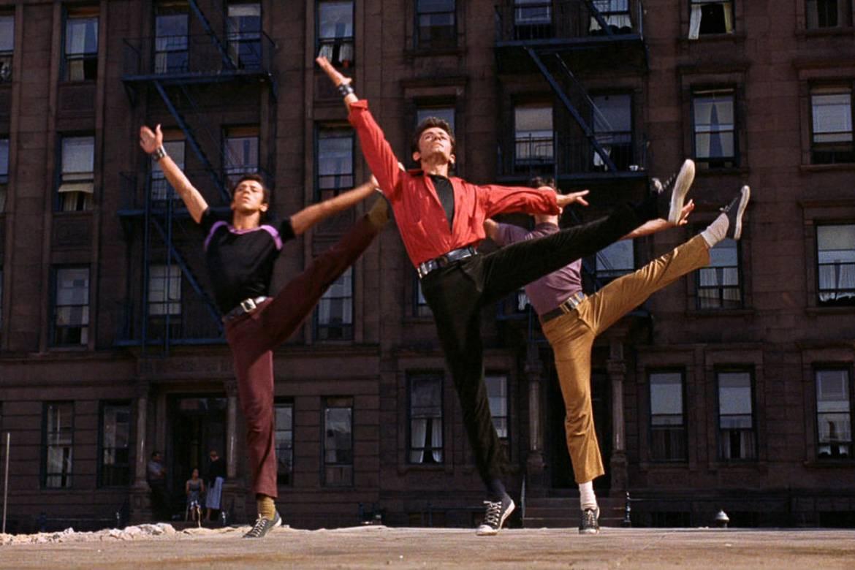 Photographie de danseurs au milieu d'un pas de danse, dans la scène d'ouverture de West Side Story (1961)