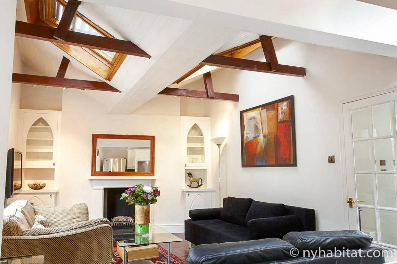 Photo du salon du LN-1008 avec ses canapés, ses velux et sa cheminée décorative.