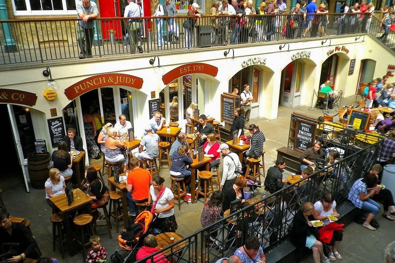 Photo de personnes dînant à l'extérieur d'un restaurant londonien.