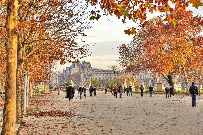 Photo de marcheurs au jardin des Tuileries à l'automne.