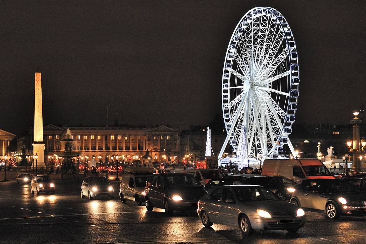 Photo de la place de la Concorde de nuit, à Paris.