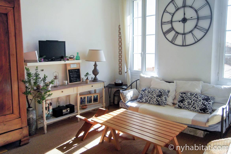 Photo du salon du PR-1178 avec canapé et table en bois.