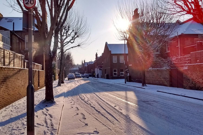 Photo d'une rue résidentielle enneigée à Londres dans le quartier de Clapham.