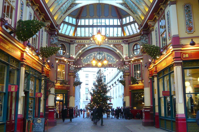 Photo du Leadenhall Market décoré pour Noël avec des lumières et des sapins.