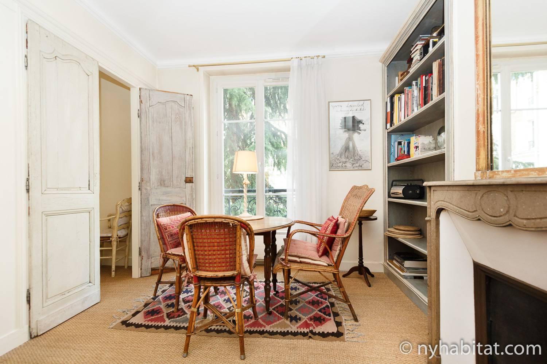 Photo de la salle à manger de l'appartement PA-2141 avec une table, des chaises et une fenêtre.