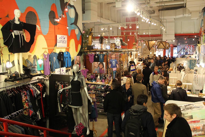Photo de personnes en train de flâner dans le marché aux puces Artists & Fleas du Chelsea Market.