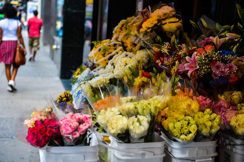 Photo de fleurs sur le trottoir devant la vitrine d'un fleuriste du marché aux fleurs de Chelsea.