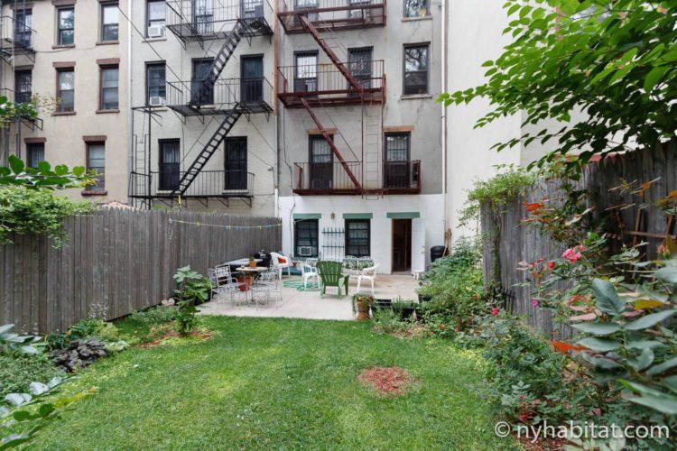Photo du jardin à l'arrière de l'appartement NY-16507.