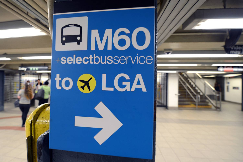 Photo du panneau bleu de la ligne de bus M60 à destination de l'aéroport LaGuardia.