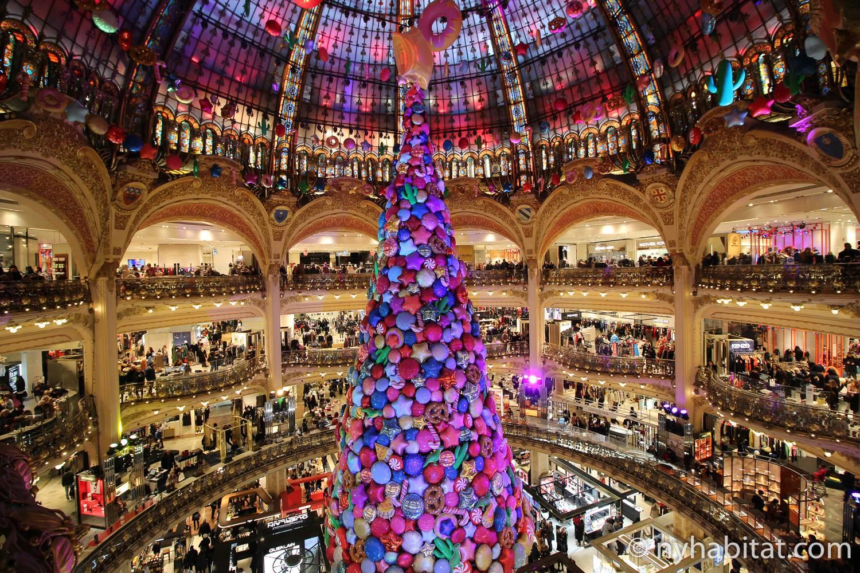 Photo de l'intérieur des Galeries Lafayette à Paris, décorées pour les fêtes.
