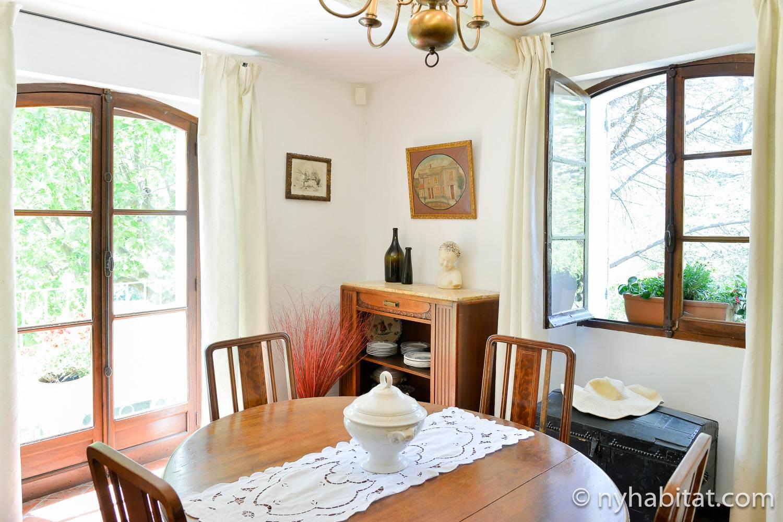 Photo de la salle à manger de la location PR-1161 avec table, chaises et fenêtres à double vitrage.