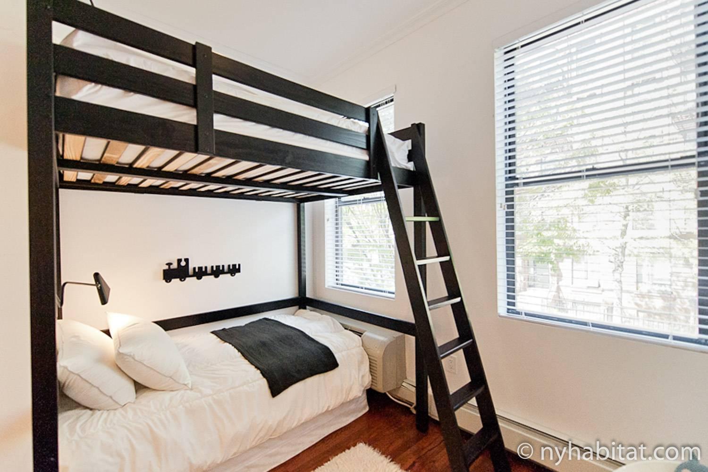 Photo de la chambre 2 de l'appartement NY-15593 avec deux lits superposés.