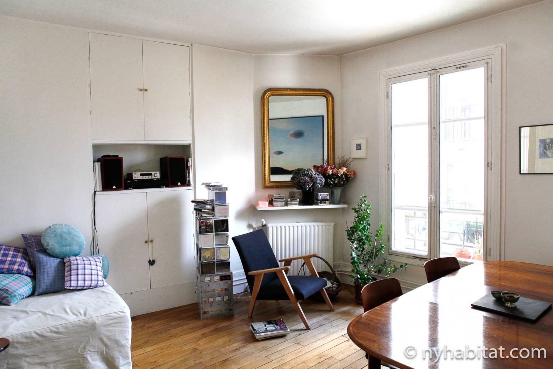 Photo de la pièce de vie de l'appartement PA-4386 avec table, chaises et miroir.