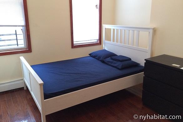 Photographie d'une chambre avec lit double dans l'appartement NY-17086