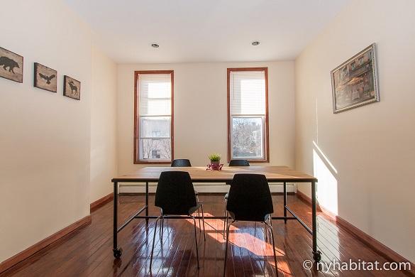 Photographie de la table de cuisine et de ses chaises dans l'appartement NY-17086