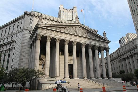 Photographie de l'extérieur du palais de justice de la Cour suprême de l'état de New York