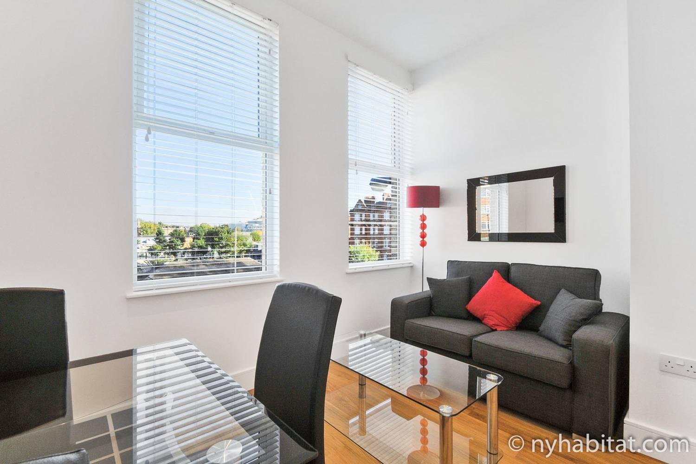 Photo de la pièce à vivre de l'appartement LN-1563 avec un canapé et une table basse.