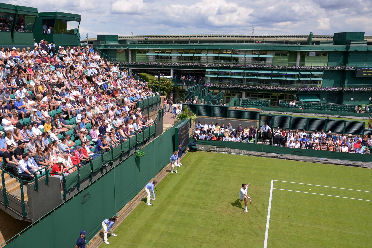 Photo d'un match et de spectateurs sur le court n°18 à Wimbledon.