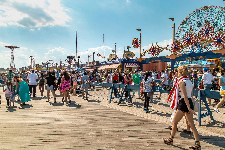 Photo d'une foule sur la promenade de Coney Island.