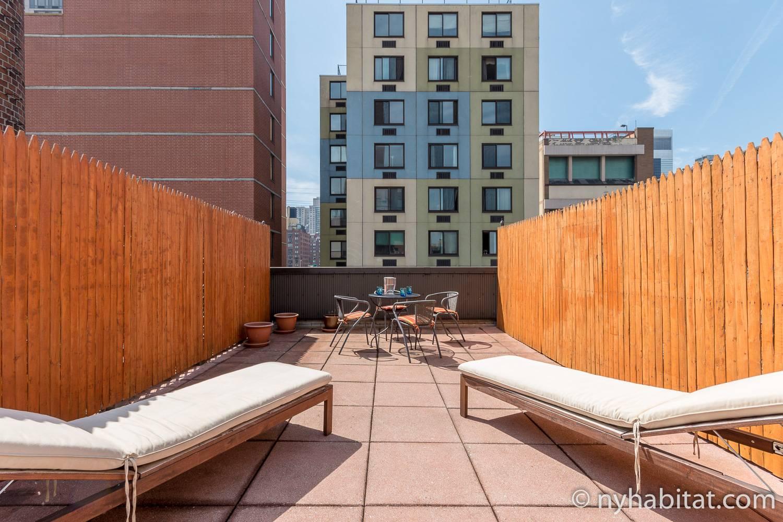 Photo des chaises longues du toit-terrasse de l'appartement NY-12219
