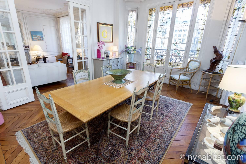 Photo de la salle à manger de l'appartement PA-2623 avec table et chaises.