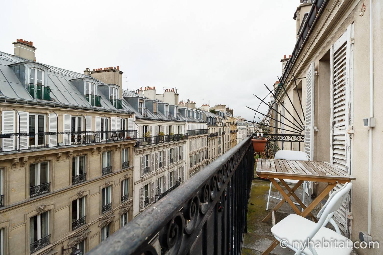 Photo du balcon de l'appartement PA-3311 avec vue sur les toits de Paris.