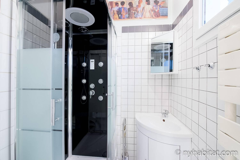 Photo de la salle de bains au carrelage blanc de l'appartement PA-4405.