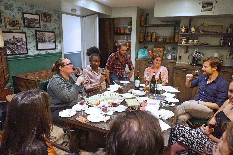 Photo des colocataires de Node Eldert lors d'une dégustation de vins.