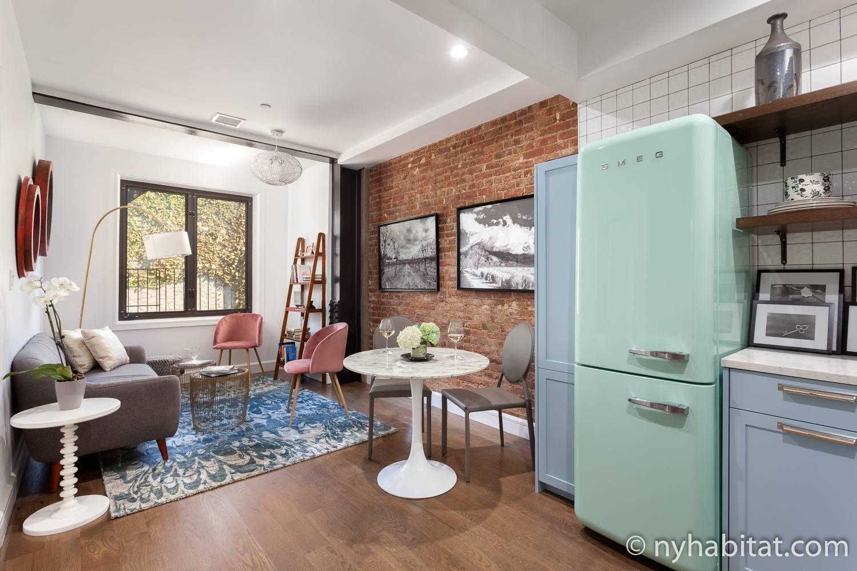 Photo du séjour de l'appartement NY-17858 avec un canapé, une table, des chaises et un réfrigérateur.