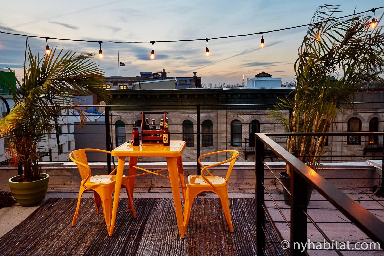 Photo du rooftop de l'appartement NY-17871 avec une table et des chaises.