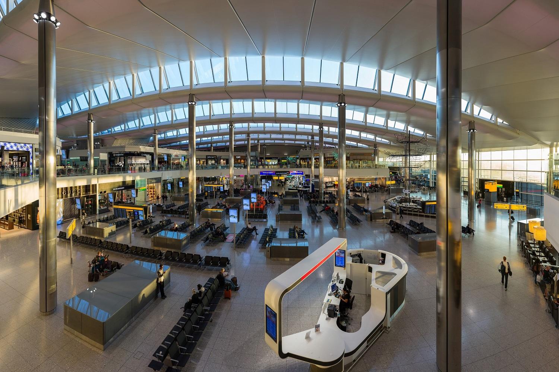 Photographie de l'intérieur du terminal 2 de l'aéroport de Heathrow.