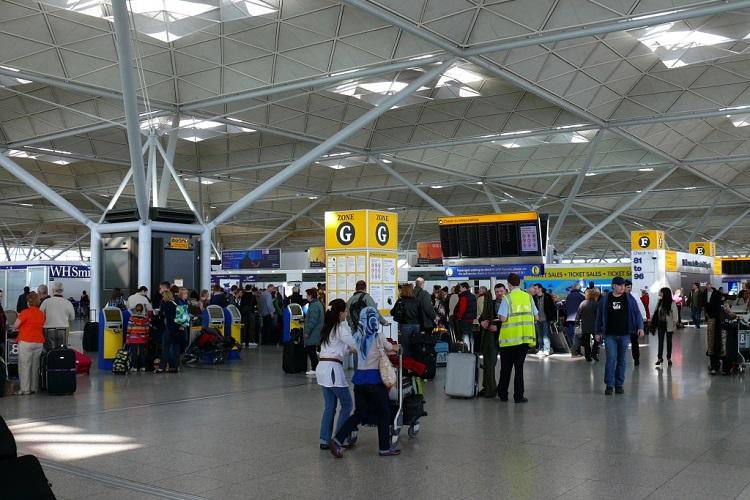 Photographie de l'intérieur d'un terminal à l'aéroport de Stansted.