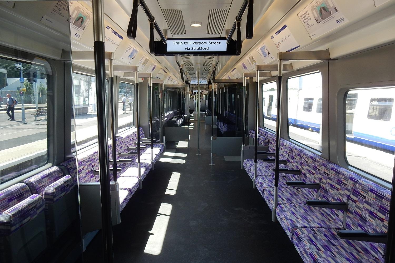 Photographie de l'intérieur d'un train TfL à destination de la gare de Liverpool Street.