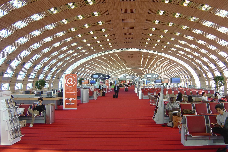 Photographie de l'intérieur du terminal 2E à l'aéroport Paris-Charles de Gaulle.